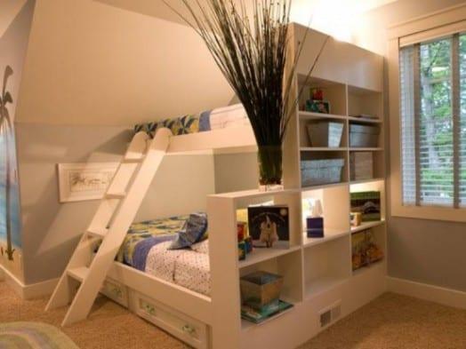 kinderzimmer dach mit platzsparendem etagenbett und regalsystem in weiß