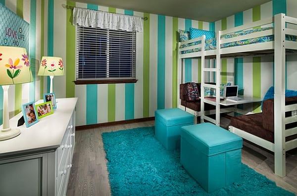 kinderzimmergestaltung mit sideboard weiß und teppich mit hockern in blau und kinderzimmer streichen idee in grün und blau