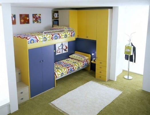 farbgestaltung kinderzimmer in gelb und blau und einrichtung mit etagenbett und teppich grün