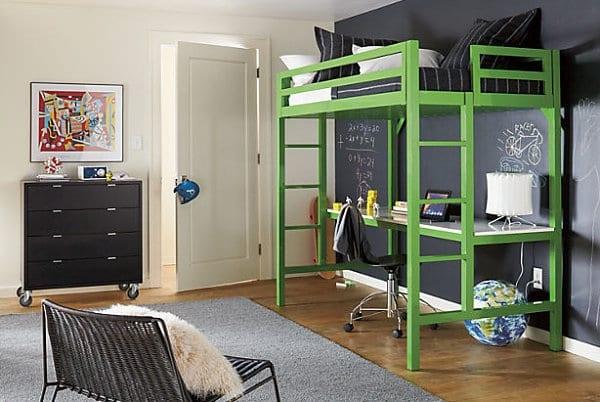 Farbgestaltung Kleines Kinderzimmer : kleine sitzecke mit tisch und bücherregal unter einem hochbett kleine