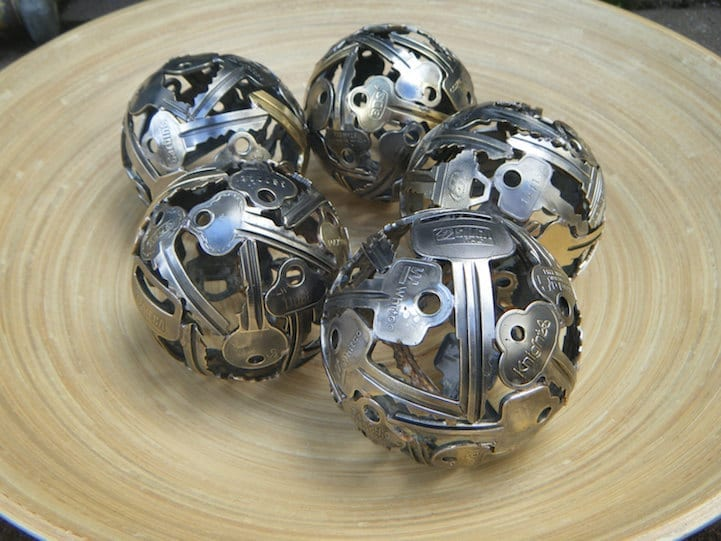 Kugel-Deko aus alten schlüsseln basteln und als coole Tischdeko einsetzen