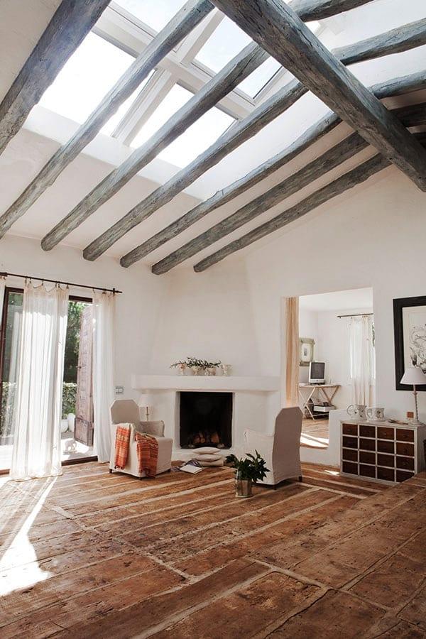 modernes haus und wohnzimmer design mit glasdach und kamin und sideboard weiß mit schubladen aus holz