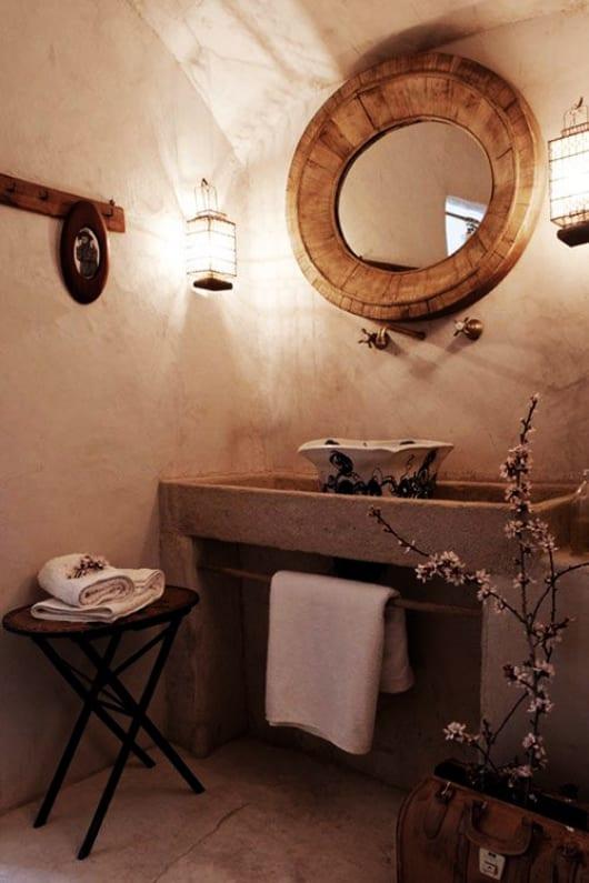mediterranes-haus-mit-luxus-badezimmer-und-rustikale-badezimmer-gestaltung-mit-Holzspiegel-rund-und-waschtisch-aus-beton