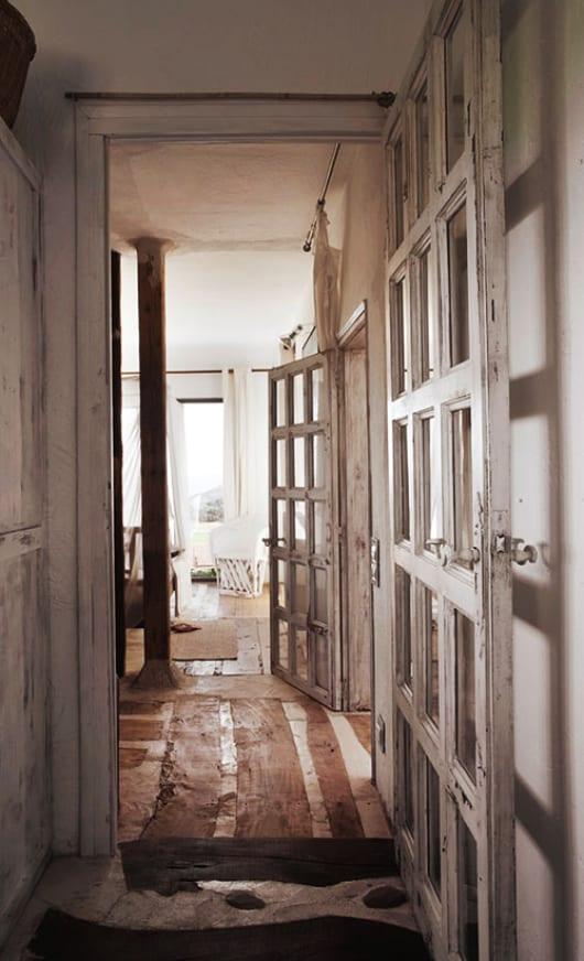 wohnzimmer einrichten rustikal mit holztüren weiß und holzstützen