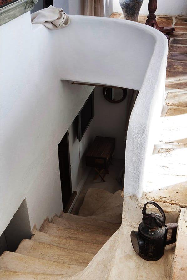 atelier und sommerhaus in costa brava mit ausgemauerter Innentreppe aus beton