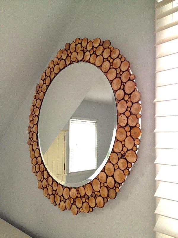 runder spiegel wand mit rahmen aus holzscheiben als moderne und kreative wandgestaltung