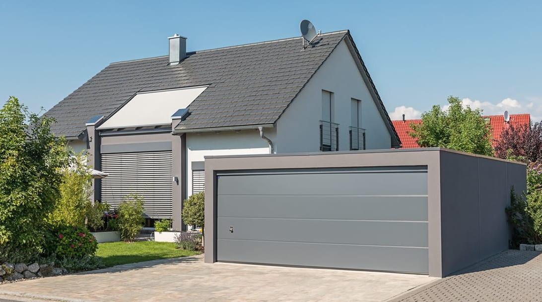 beton fertiggarage mit garagentor grau und beton in grau gestrichen