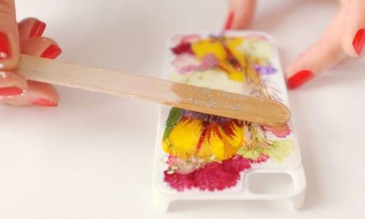 i phone cover selbst gestalten mit trockenblumen und glitter