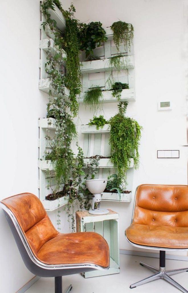moderne wohnzimmer einrichtung mit drehestühlen aus leder und DIY Beistelltisch und DIY Wanddeko als vertikaler Garten
