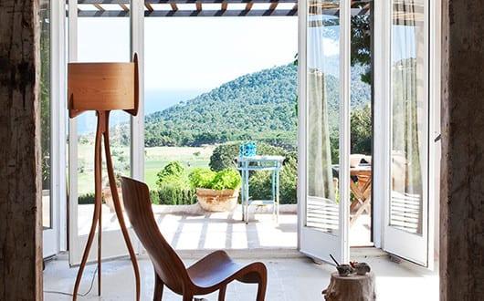 Modernes haus am hang mit modernem wohnzimmer design und for Modernes haus am hang