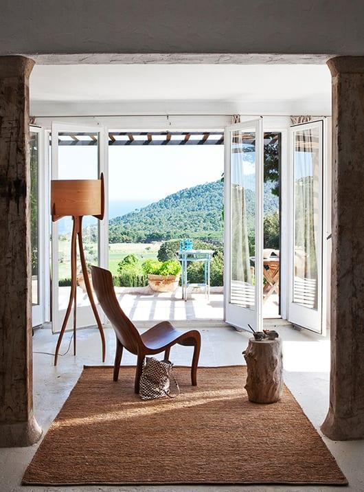 schöne häuser und modernes wohnzimmer design mit designer möbeln aus holz und weißen fenstertüten zur terrasse mit Sonnenbeschatung