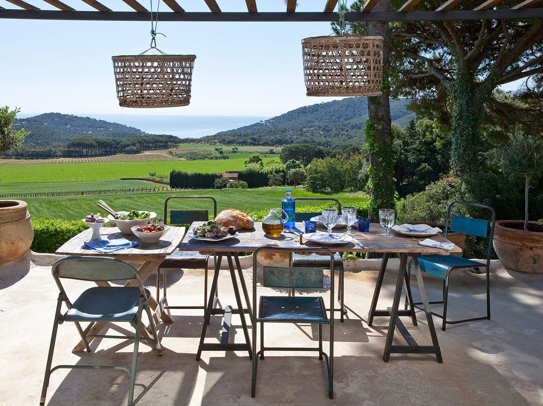 Mediterrane Terrassengestaltung Mit Massiv Esstisch Holz Und  Terrassenüberdachung Mit Aufgehängten Weidenkörben