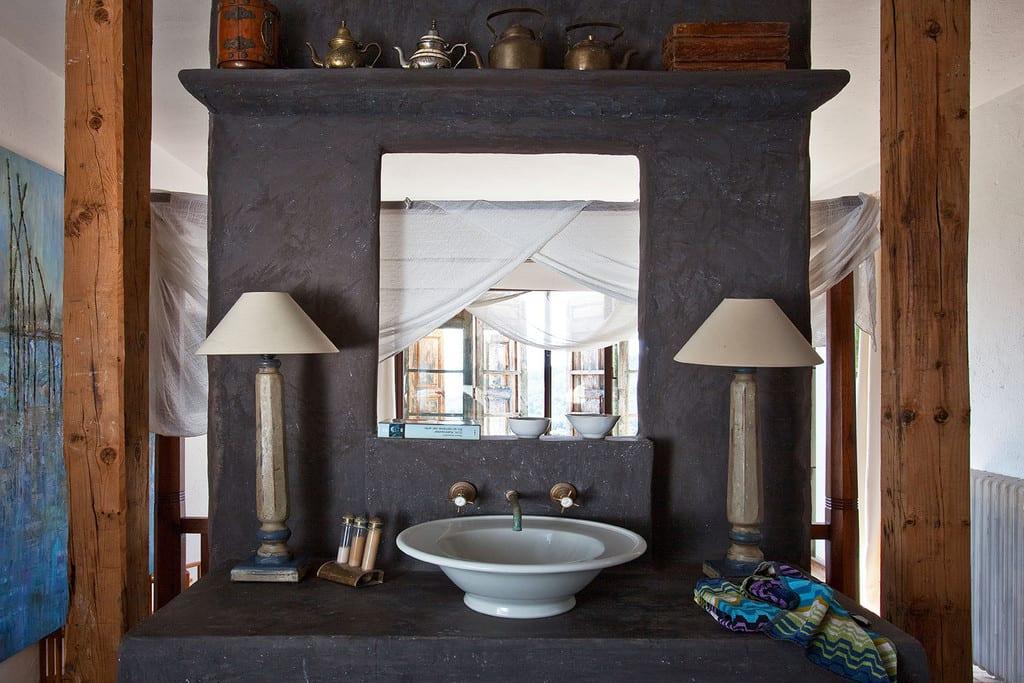 modernes schlafzimmer einrichten mit trennwand aus beton mit waschbecken
