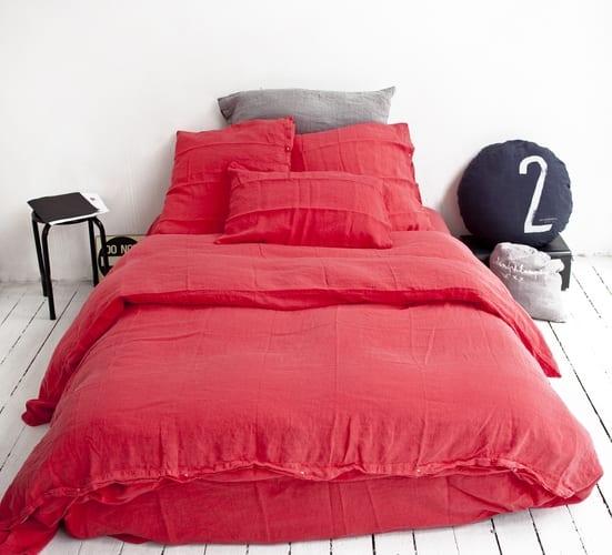 rote bettwäsche für schöne schlafzimmer weiß