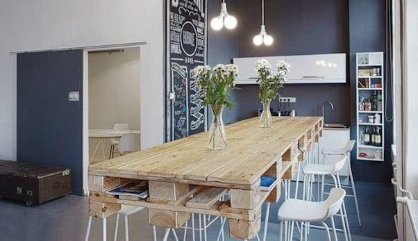 modernes wohnzimmer mit küche und DIY Esstisch holz als idee für farbgestaltung wohnzimmer in schwarz und weiß