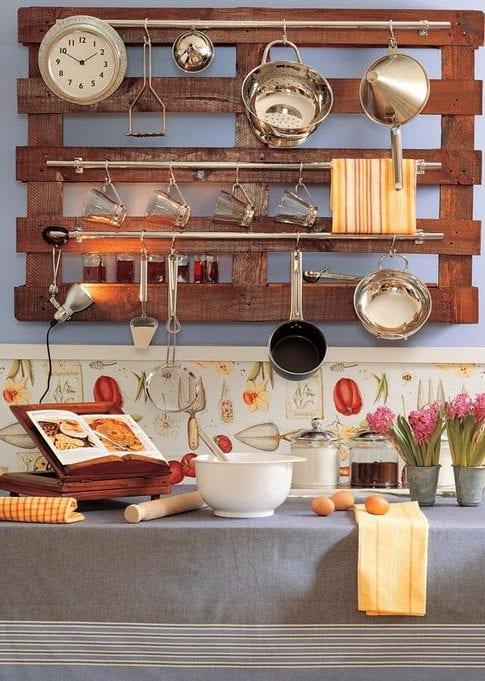 möbel aus europaletten bauen für kleine küche als Wandregal