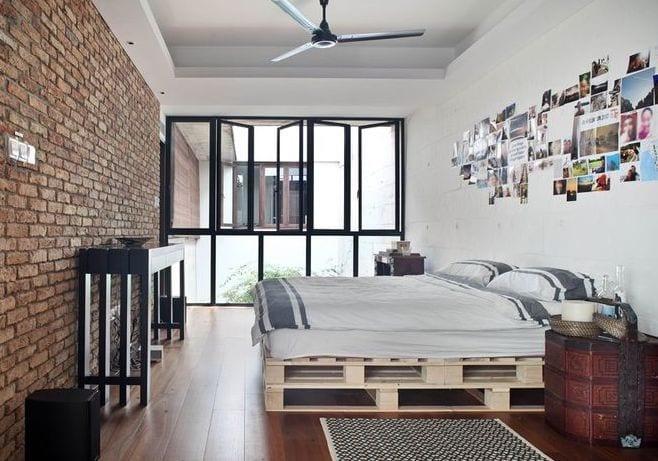 schlafzimmer gestalten mit bett aus paletten und modernem Sideboard schwarz aus holz
