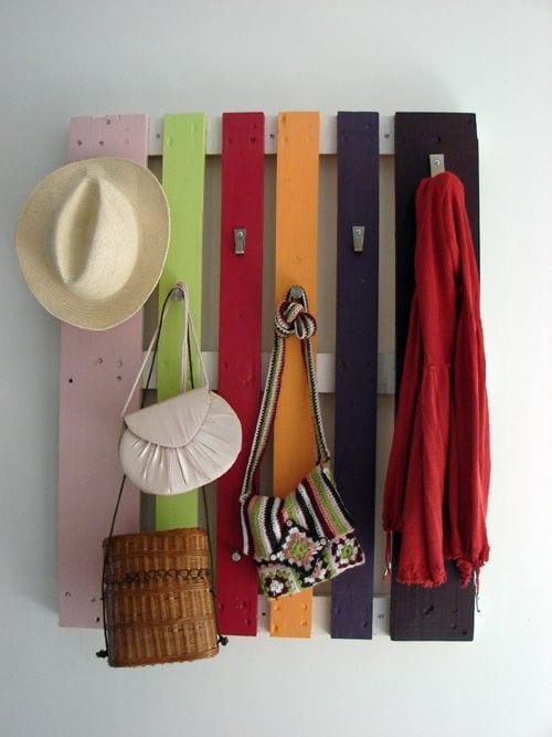 bauen mit paletten als coole idee für Kleiderhänger im flur
