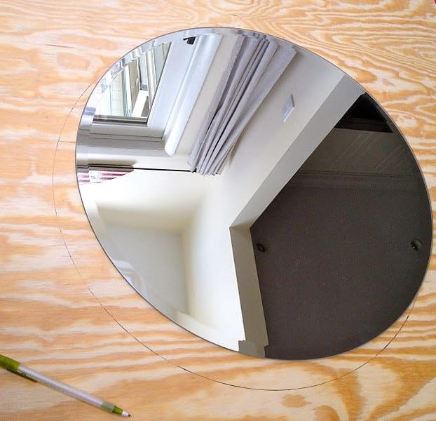runder spiegel mit rahmen aus holz für kreative wandgestaltung