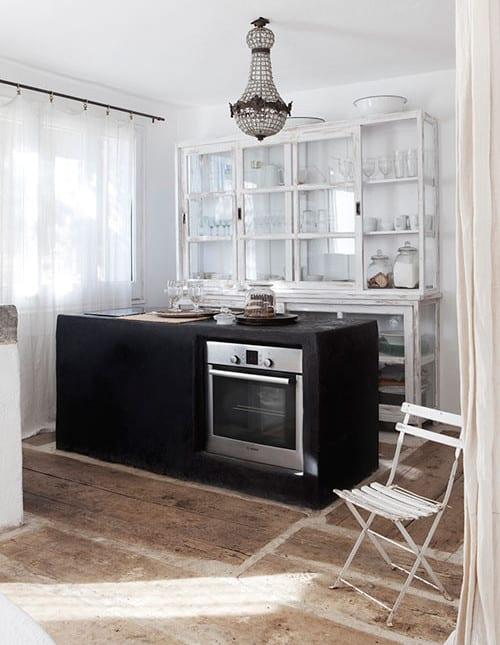 rustikale küche weiß mit Kochinsel aus Beton und rustikalen Küchenschränke mit glasvitrinen