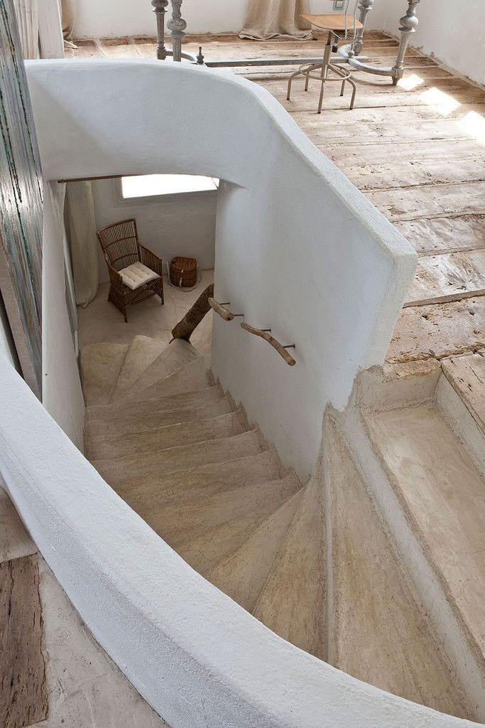 mediterranes haus mit kreativer bodengestaltung mit holz und beton und Betontreppe
