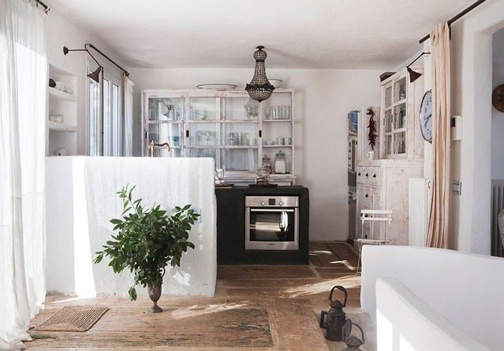 modernes haus am meer mit rustikalem interior design und mediterrane Küche weiß mit Beton-Kochinsel schwarz und Vintage metalllampen