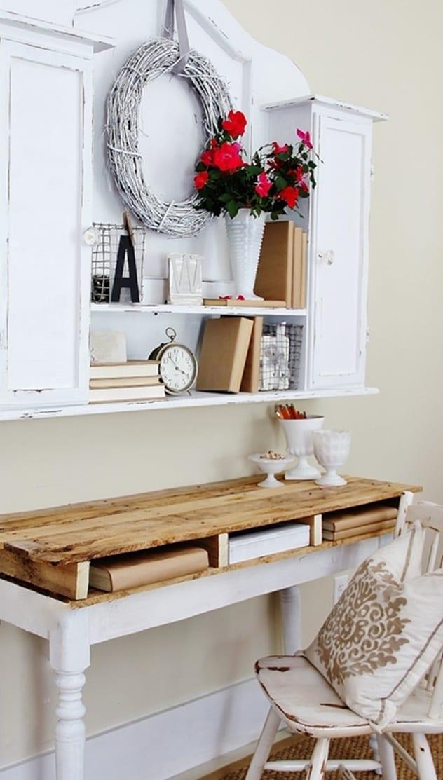 paletten möbel bauen_coole idee für Wandgestaltung mit rustikalem Wandschrank weiß und Schreibtisch weiß aus Holz zum selber bauen