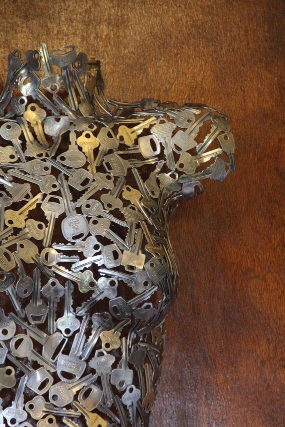 alte schlüssel für kreative dekoidee mit körper-skulptur