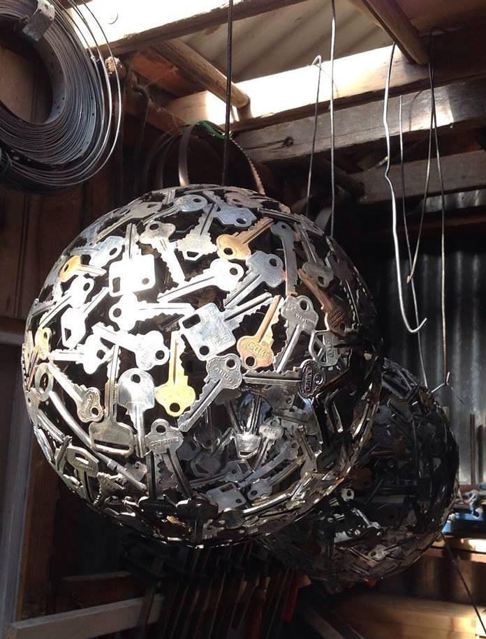 DIY-Kugel-Pendellampe aus alten schlüsseln als kreative gartengestaltung