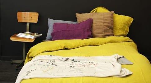 schwarze farbe fürs schlafzimmer und bettbezüge in gelb für coole farbgestaltung