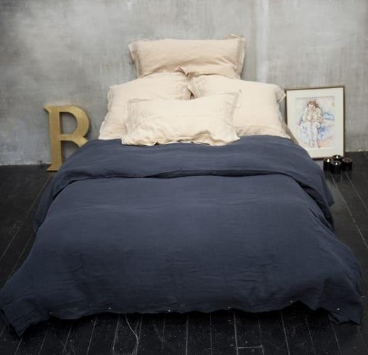 bettbezüge dunkelblau aus leinen mit kopfkissenbezügen in beige für elegante schlafzimmer gestaltung