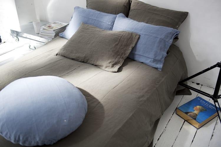 designer bettwäsche aus leinen für moderne schlafzimmer gestaltung mit bettbezüge braun und kopfkissenbezüge blau