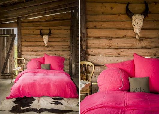 gestaltung schlafzimmer mit bettlacken und bettbezüg pink und kuh fellteppich