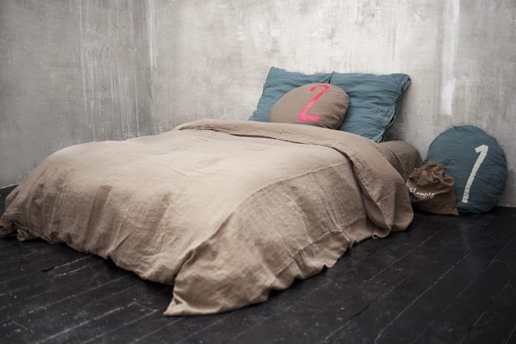 rustikales schlafzimmer interior mit holzboden schwarz und bettwäsche braun