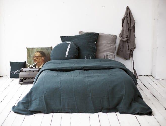schwarze bettwäsche für moderne schlafzimmer gestaltung mit holzbodenbelag weiß in skaninawischem wohnstil