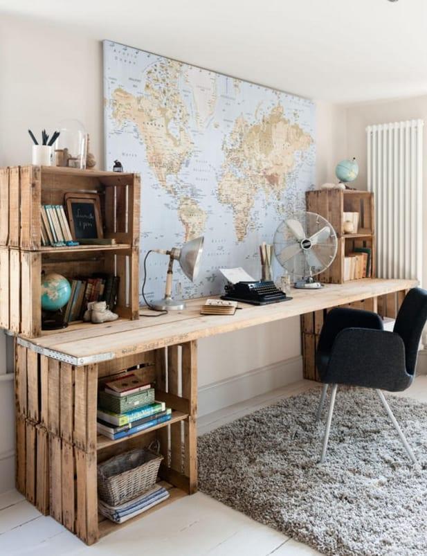 was kann man aus paletten bauen_DIY Schreibtisch und Wanddeko mit Weltatlas als coole Einrichtungsidee