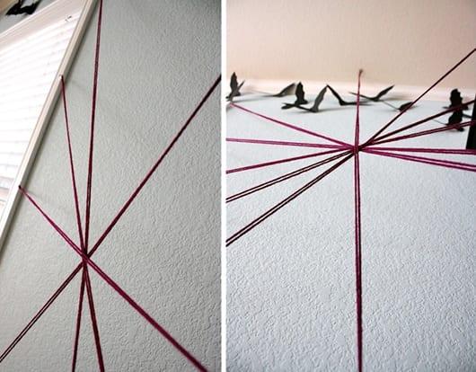 coole ideen halloween und bastelidee mit Strickgarn für DIY Spinnengewebe als wanddeko