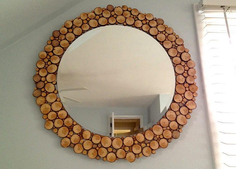 kreative wandgestaltung mit Rahmen aus Holzscheiben und Wand Spiegel rund