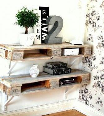 einrichtungstipps wohnzimmer mit möbeln aus paletten und weiße tapete mit schwarzen blumen