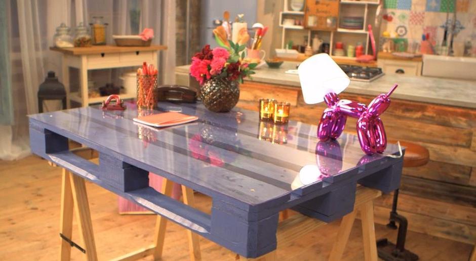 interessante idee für DIY Schribtisch in lila mit glasplatte