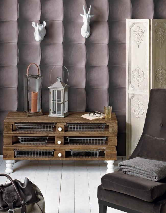einrichtungstipps wohnzimmer mit DIY Möbel aus paletten und farbidee in weiß und braum mit 3D tapete und weißem holzboden