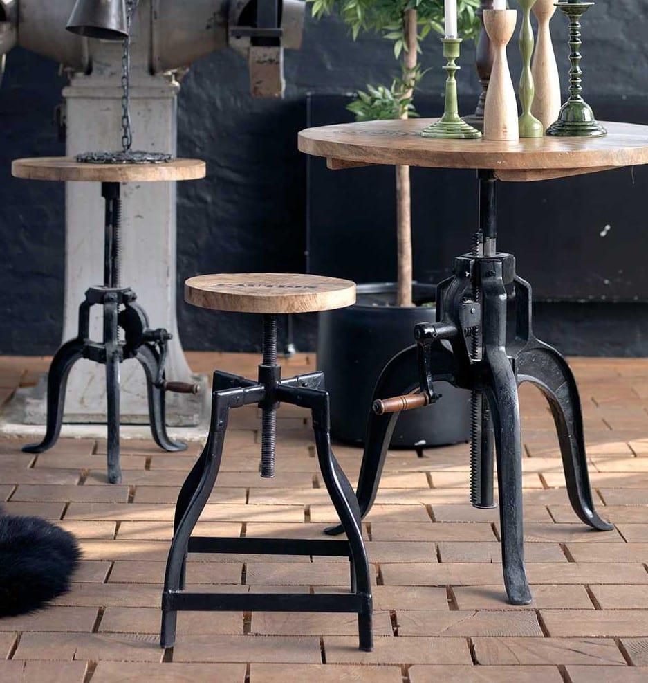 industrial wohnzimmer design mit vintage möbeln als einrichtungsidee Loft mit Holztisch rund und Hocker rund aus holz mit schwarzen metallbeinen
