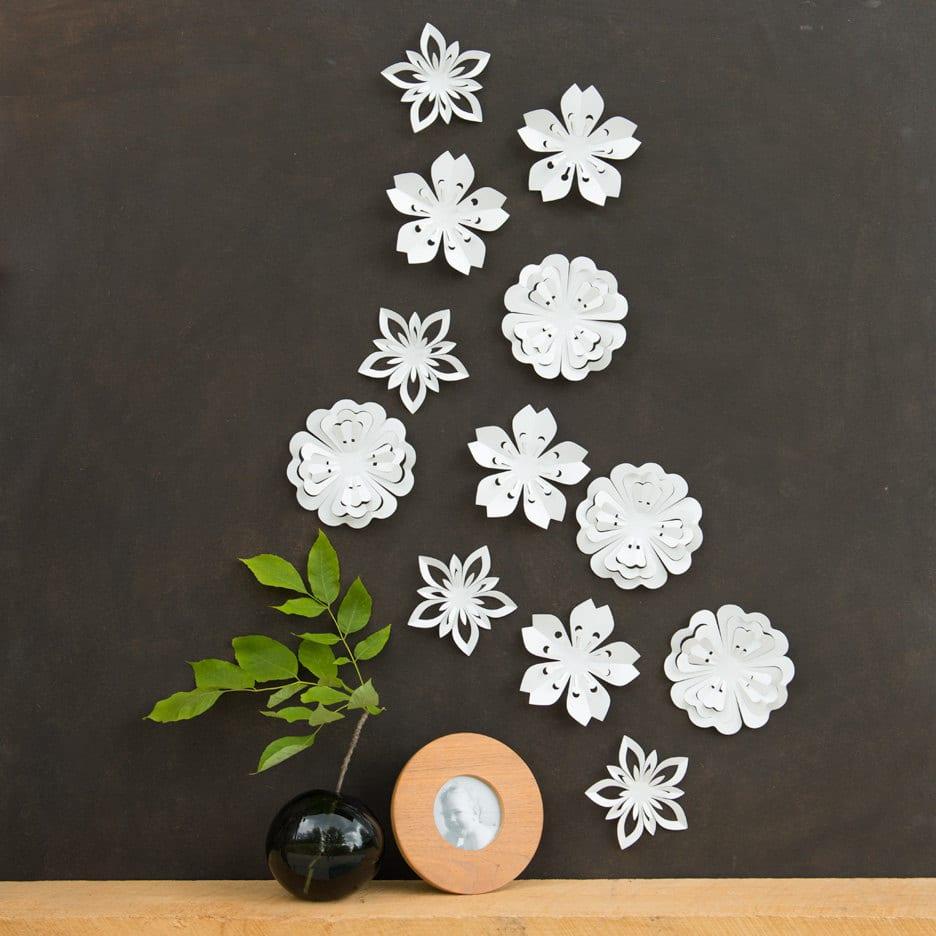 kreative wandgestaltung mit weißen papierblumen für schwarze wand