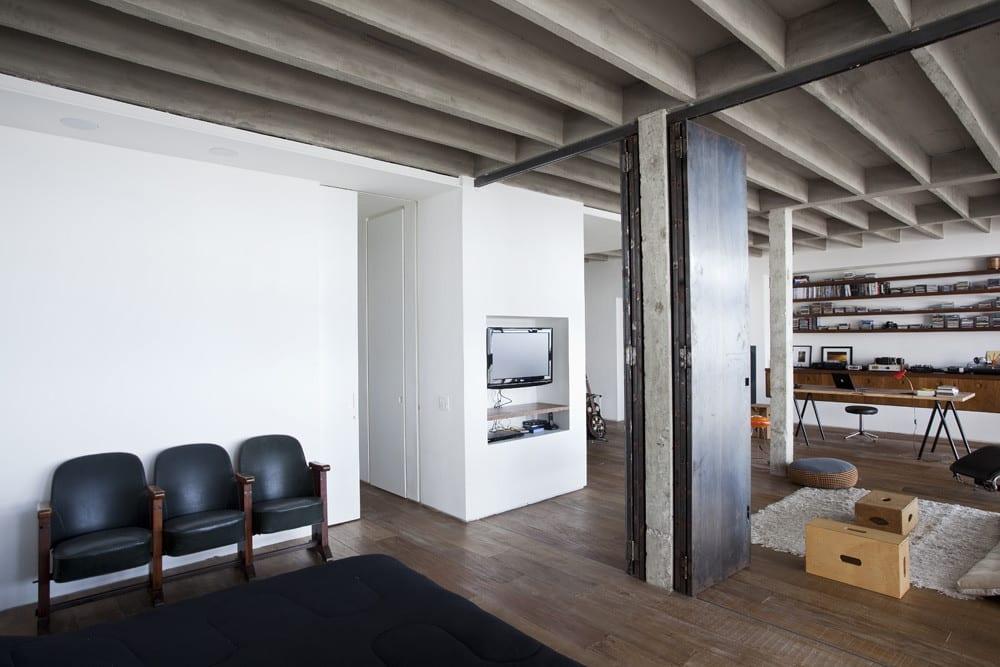 luxus Loft Wohnung und modernes Apartment mit sichtbarer Betondecke und Bodenbelag aus Echtholz