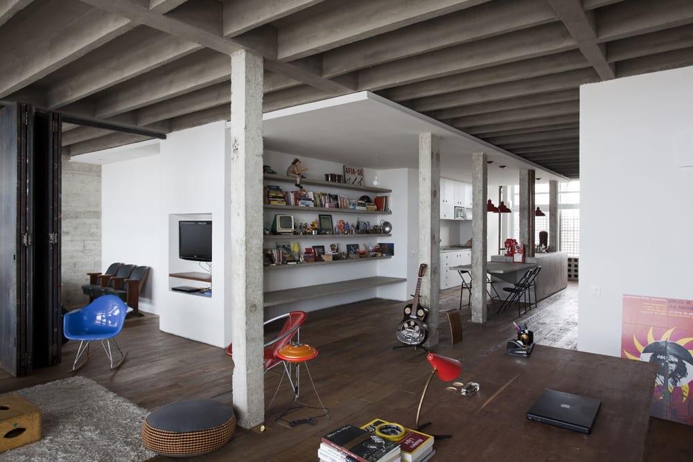 moderne loft wohnung und wohnzimmer design mit eingebauten betonregalen und fußbodenbelag aus echtholz