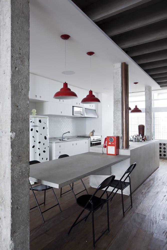 apartment modern einrichten mit weißer Küche und Kockinsel mit Esstisch weiß und Klappstühle schwaz