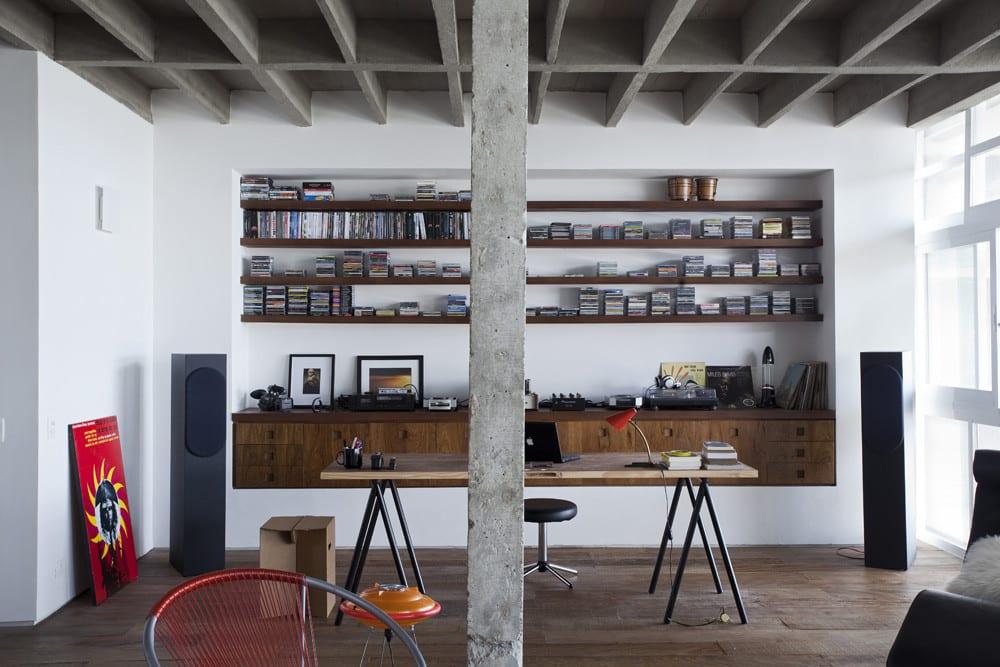 luxus Loft Wohnung und modernes Home Office mit Büroschreibtisch Holz und eingebaiten Bücherregalen aus Holz