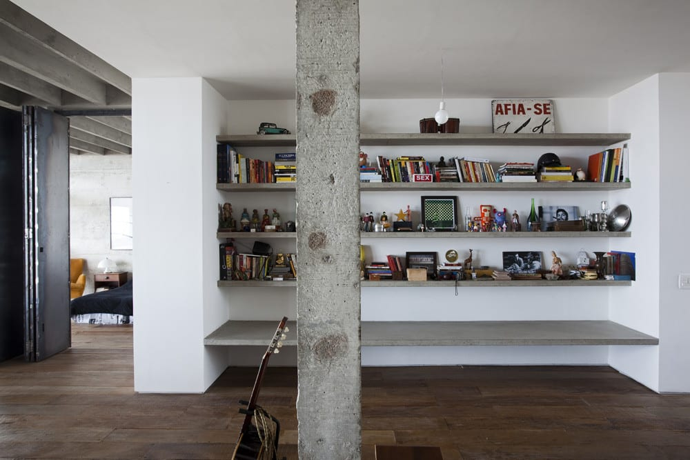 Appartment in Brasillien als moderne Loft Wohnung mit Beton-Bücherregalen für kreative und moderne Wandgestaltung