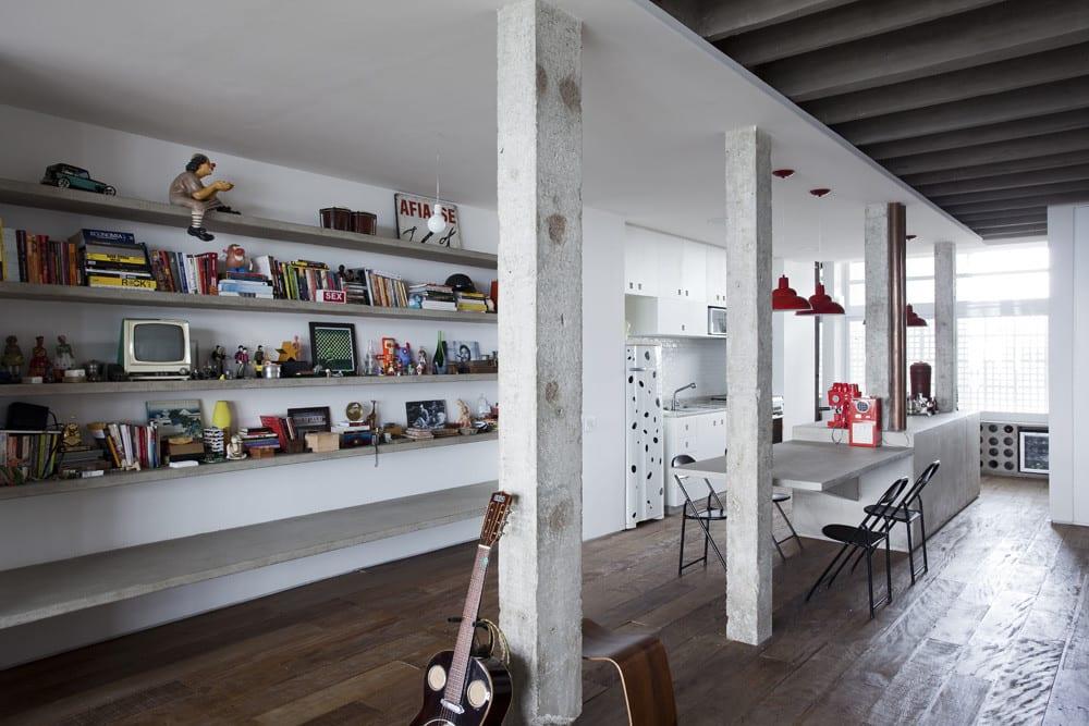 copa apartment als moderne Loft Wohnung mit offenem Wohn-Esszimmer und moderne Bürcherregalen aus Beton