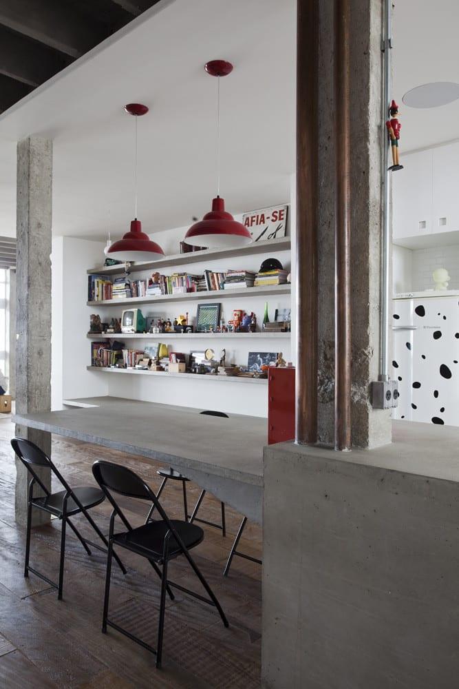 apartment mit eingebaiter küche weiß und Kochinsel und esstisch aus beton_moderne Loft wohnung in weiß und rot einrichten